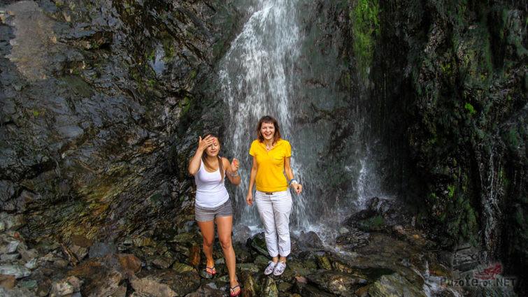 Туристки у подножья водопада