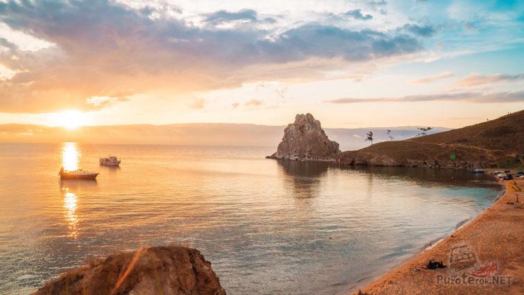 Вид с пляжа на Шаман-камень