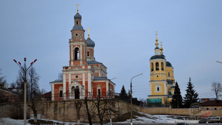 Воздвиженская церковь и Ильинская церковь - справа