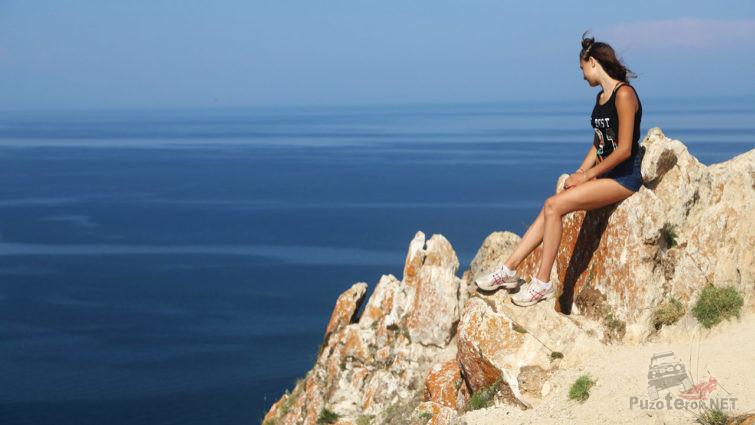 Юная туристка на вершине скалы Шаманки