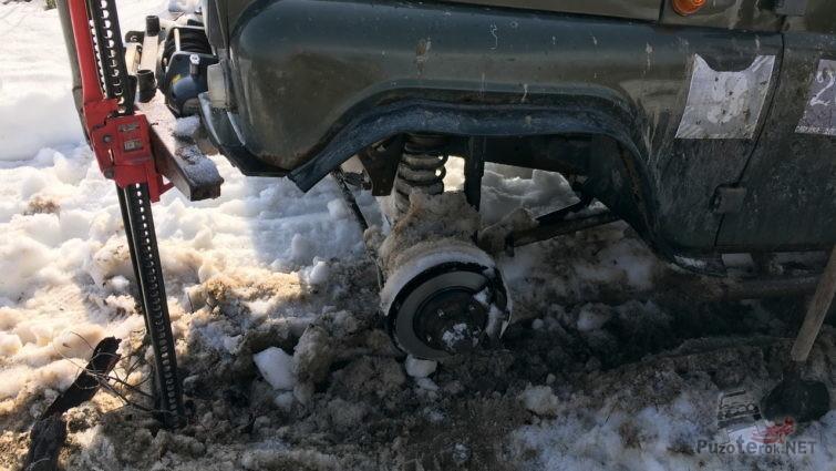 Поддомкратили УАЗ для ремонта колеса