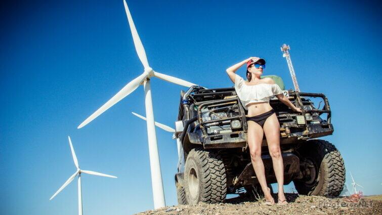 Девушка и крузер на фоне ветряков