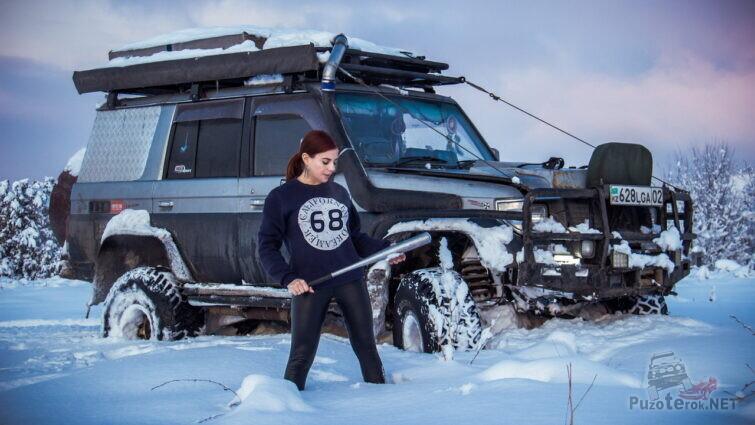 Девушка с битой и крузак в снегу