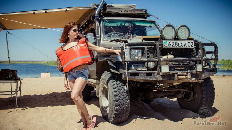 Девушка с крузаком на пляже