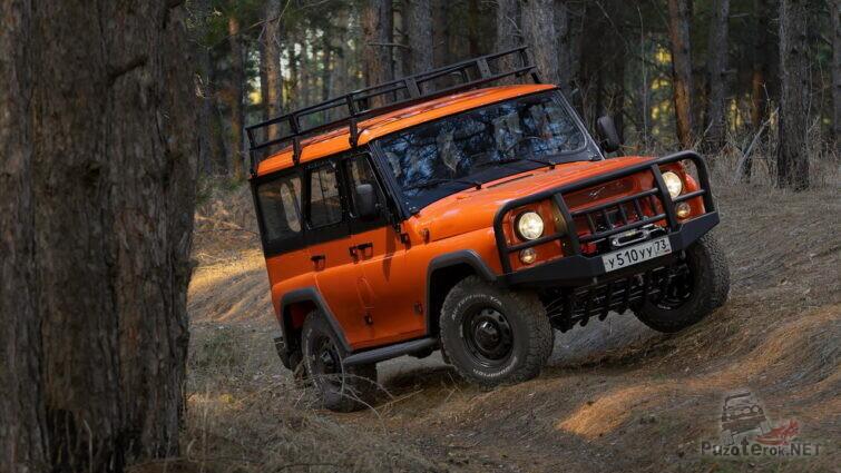 Экспедиционный УАЗ Хантер едет по лесу