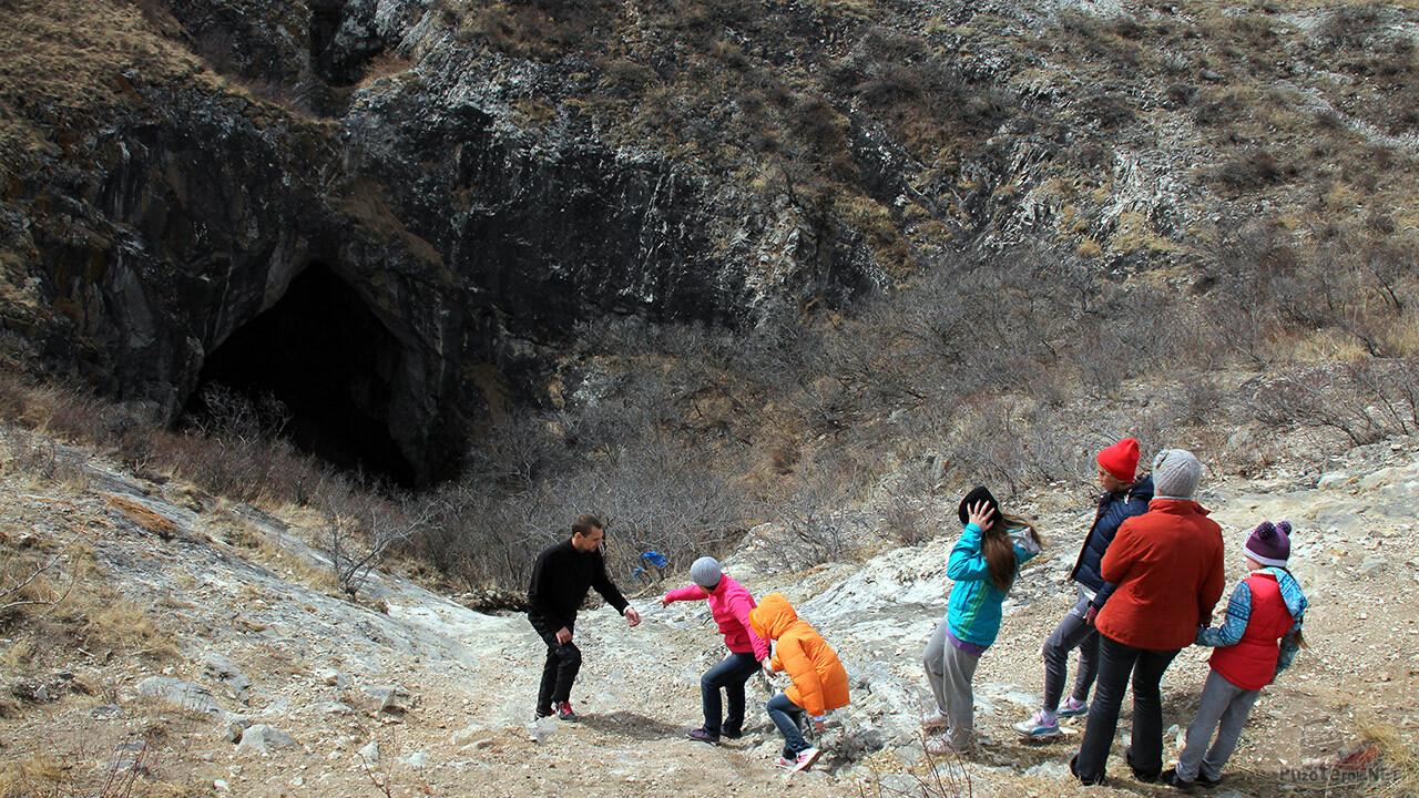 Группа туристов с инструктором