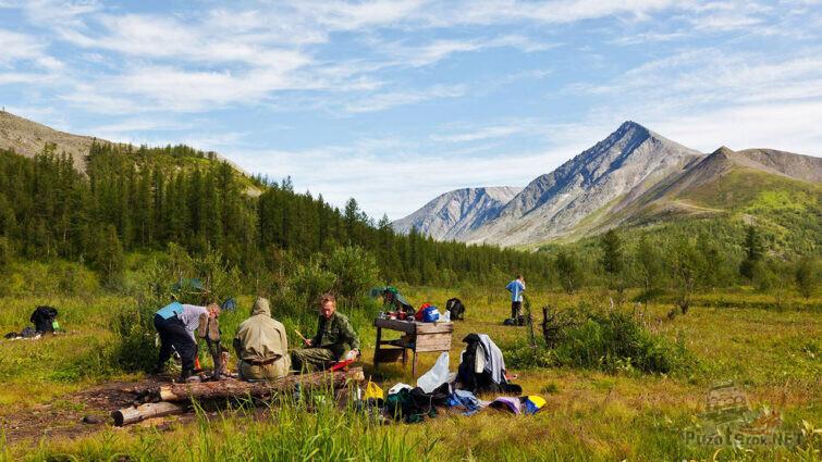 Лагерь туристов у подножья горы