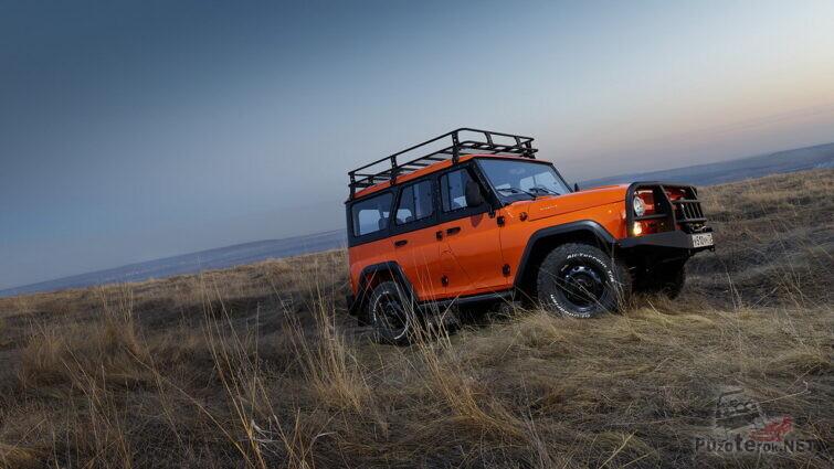 Оранжевый УАЗ в степи