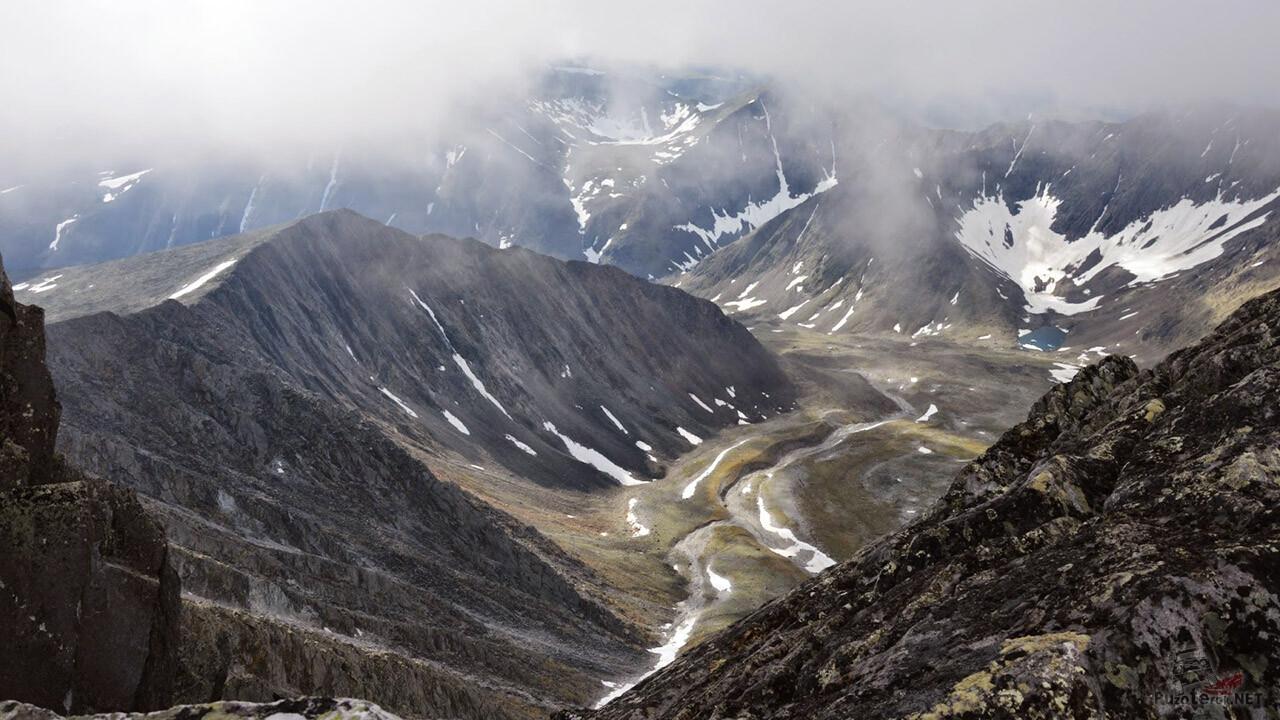 Отвесные скалы среди облаков