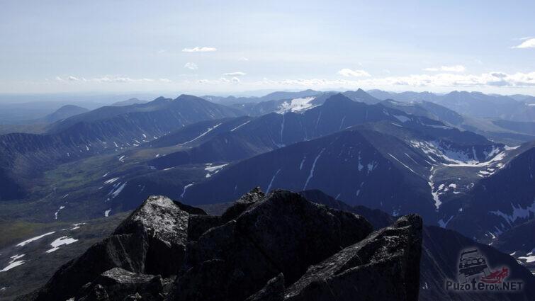 Панорама Уральских гор с вершины Манараги