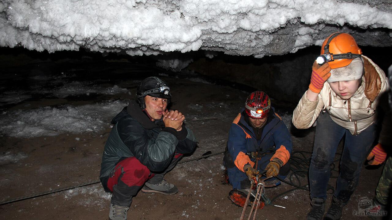 Туристы на привале под сводами пещеры