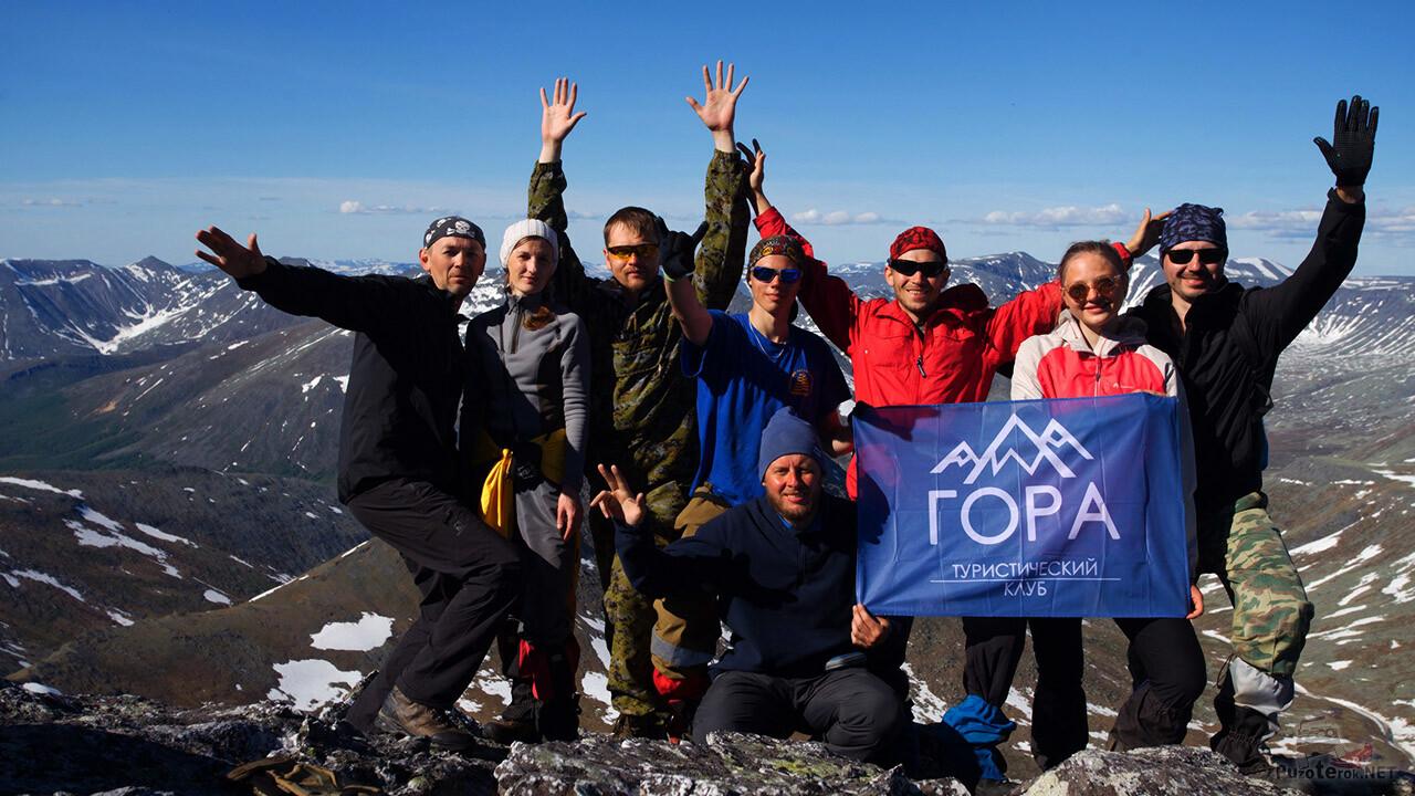 Туристы на вершине правого зубца