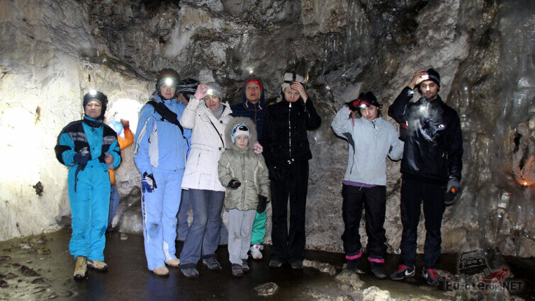 Туристы в Ледяной пещере