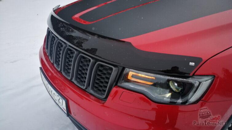 Дефлекторе на капоте красной машины