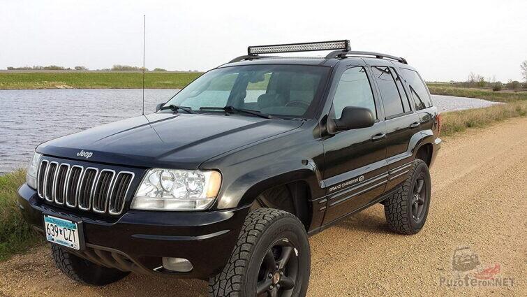 Люстра на Jeep Cherokee у пруда