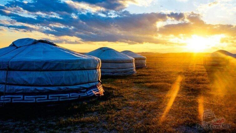 Монгольские юрты на фоне заката
