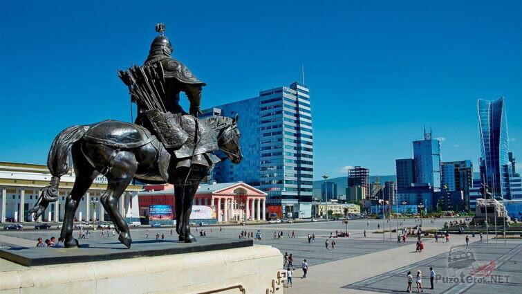 Статуя Чингиз-хана в Улан-Баторе