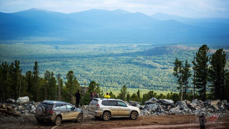 Автотуристы на обочине горной дороги