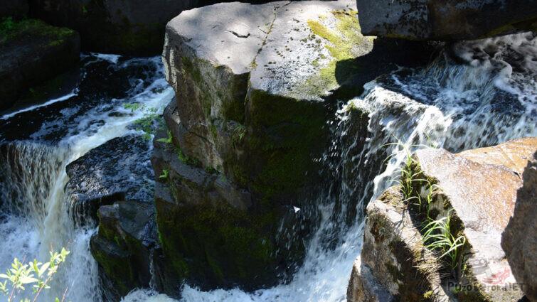 Бурные потоки воды среди камней