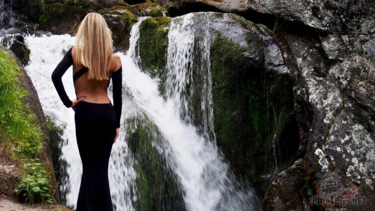 Девушка-модель на фоне Жигалановского водопада