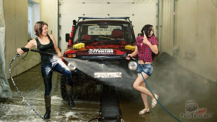 Девушки моют Ниву на мойке