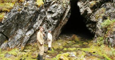 Двое мужчин перед входом в пещеру Лысанская