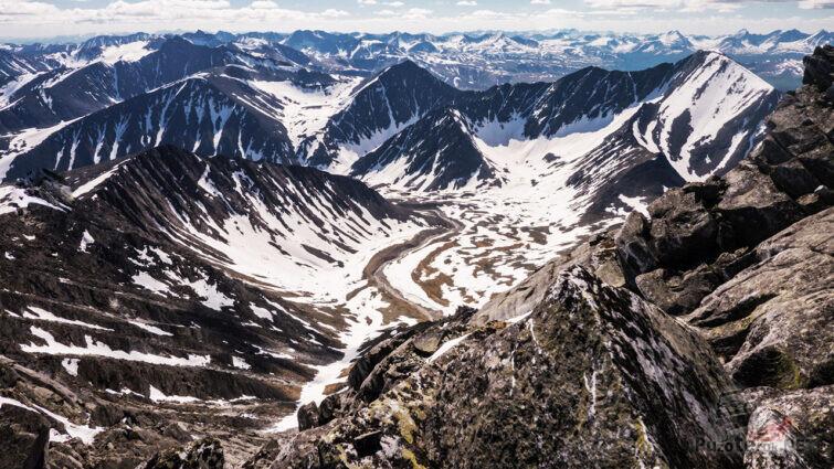 Фантастическая панорама Приполярного Урала с вершины горы Народная