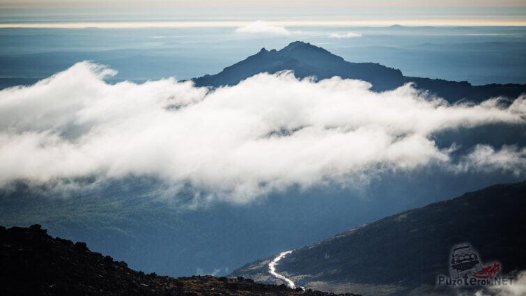 Горный пик над облаками