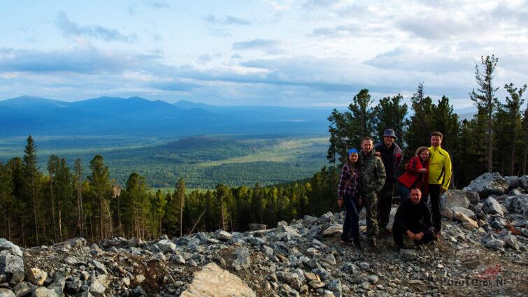 Группа туристов на горной тропе