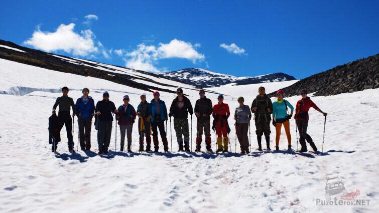 Группа туристов на пути к вершине горы