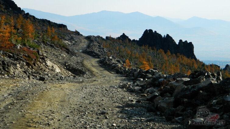 Каменистая дорога вдоль хребта