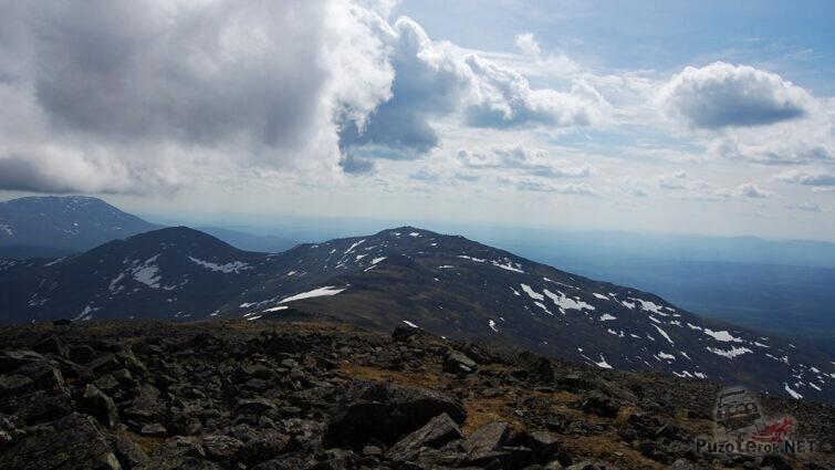 Каменные россыпи на вершине горы