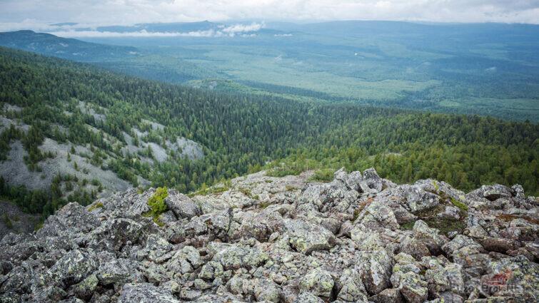 Каменные россыпи на высоте 1000 метров