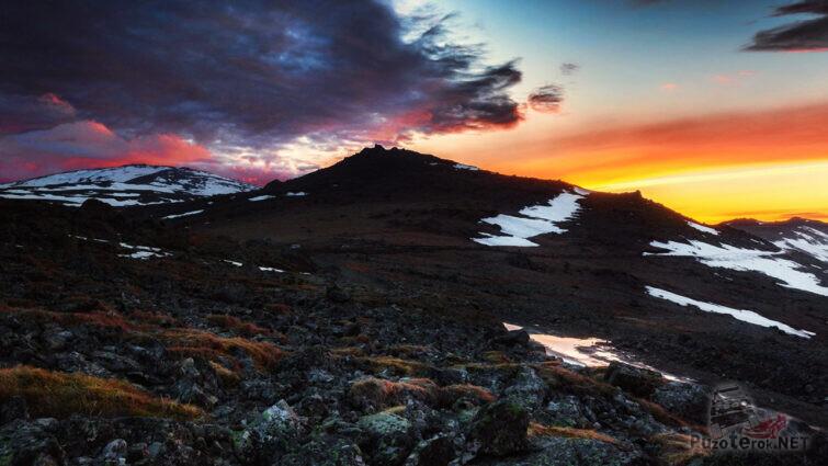 Красочный закат над высокогорной тундрой