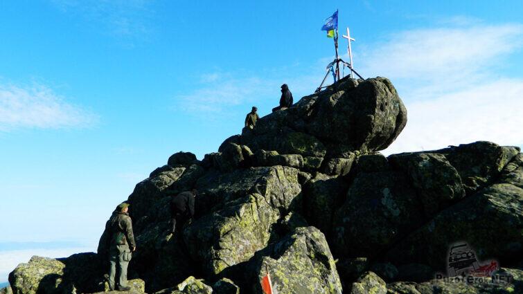 Крест на вершине Конжаковского камня