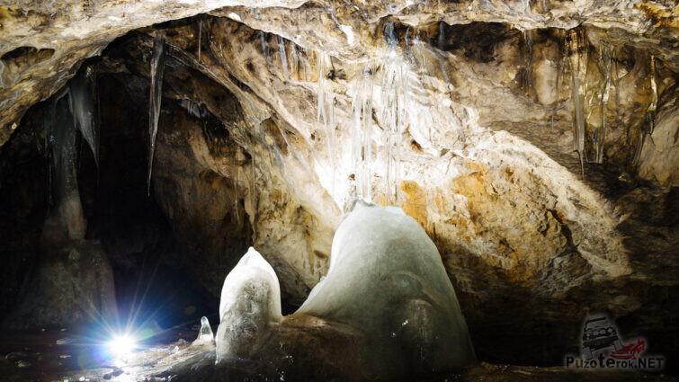 Ледяные сталагмиты не тают весь год