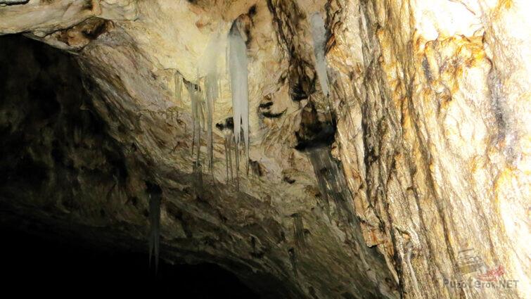 Ледяные сталактиты на карстовом своде грота