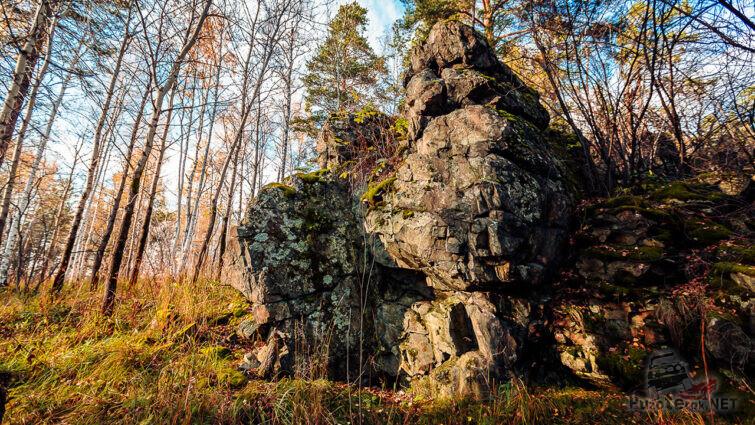 Лес и скалы на склонах горы Азов