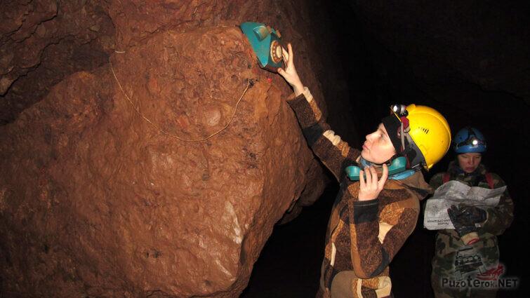 Многочисленные артефакты на стенах лабиринтов от постоянных посетителей пещеры