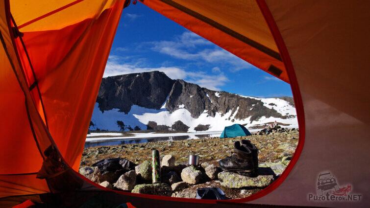 Палатка в лагере туристов