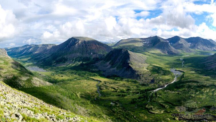 Панорама долины потухших вулканов в Восточных Саянах