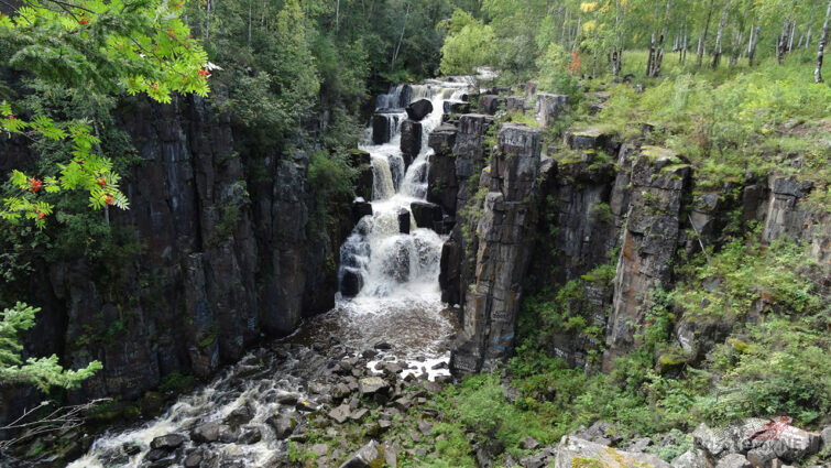 Панорама ущелья с водопадом