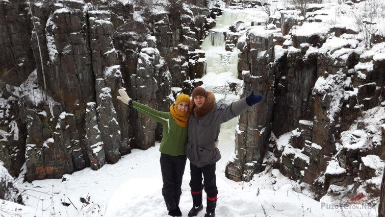Парочка туристов у зимнего водопада