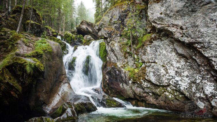 Полноводный Жигалановский водопад