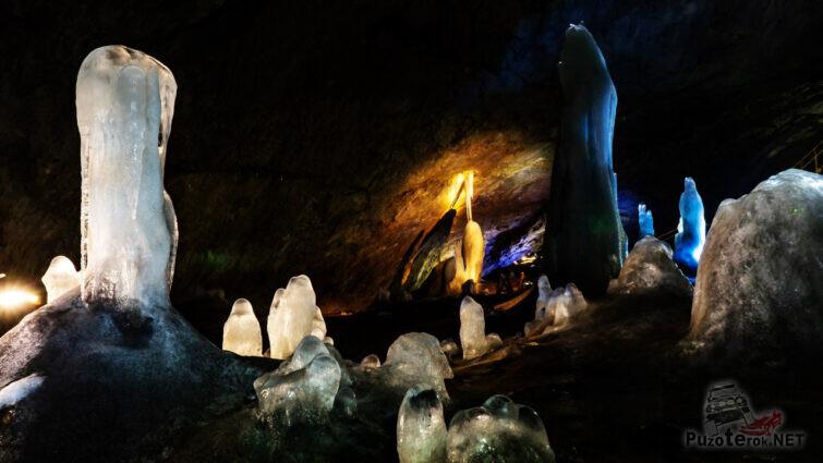 Причудливые ледяные фигуры в вечно-холодной пещере