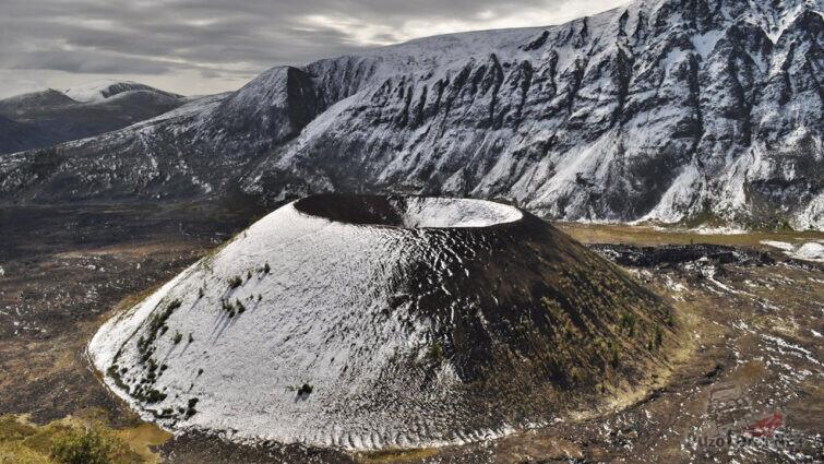 Припорошенный снегом кратер вулкана