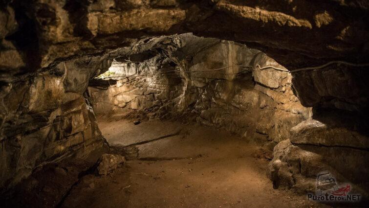 Проход в самую протяжённую пещеру России