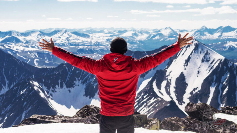 Счастливый турист над панорамой гор