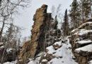Скальные останцы на вершине заснеженной горы