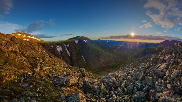 Скалы в лучах летнего солнца